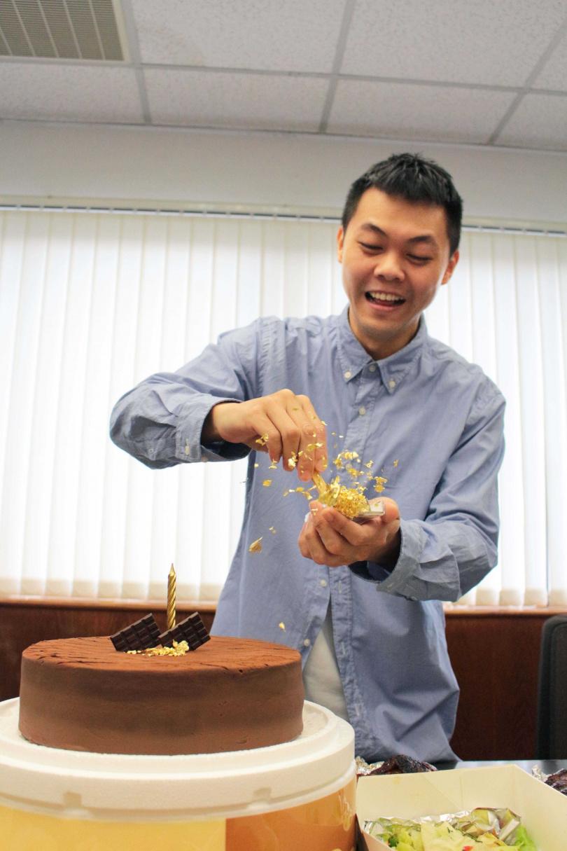 壽星的福利是在蛋糕上灑金箔,曾昱嘉邊灑邊讚嘆:「好尊貴啊!」(圖/福茂唱片提供)