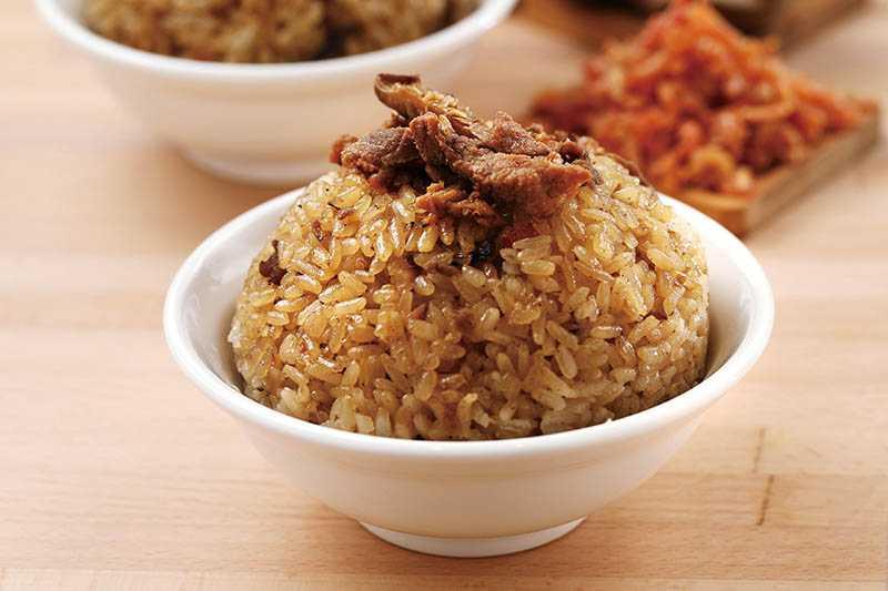 「雙月油飯」的米粒飽滿Q彈、入口香爽,是店內的人氣商品。(35元)(圖/于魯光攝)