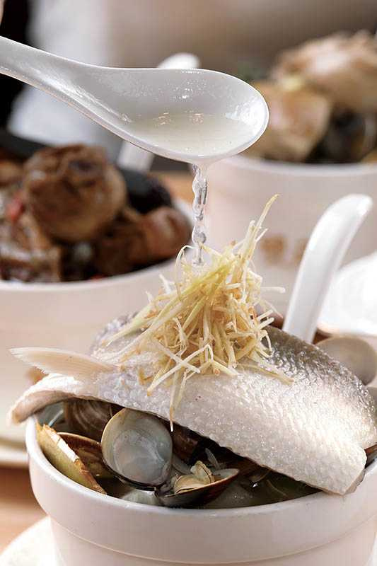 蛤蜊替「虱目魚肚蛤蜊湯」提出鮮味。(170元)(圖/于魯光攝)