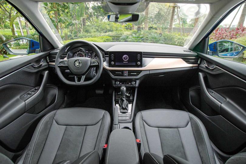 內裝與兄弟車SCALA幾乎相同,但使用較多軟質材料,觸感更佳。(圖/黃耀徵攝)
