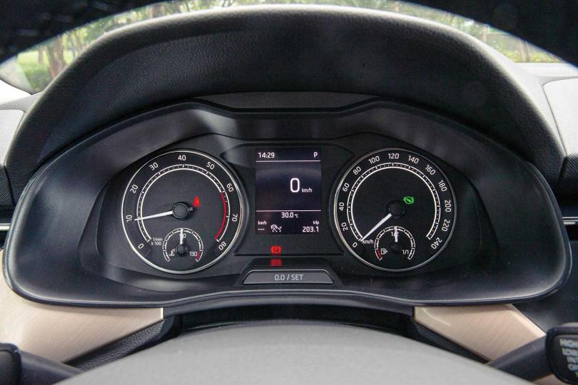 配備傳統雙環式類比指針儀表板,搭配中央單色資訊顯示幕,也可選配數位儀表板。(圖/黃耀徵攝)