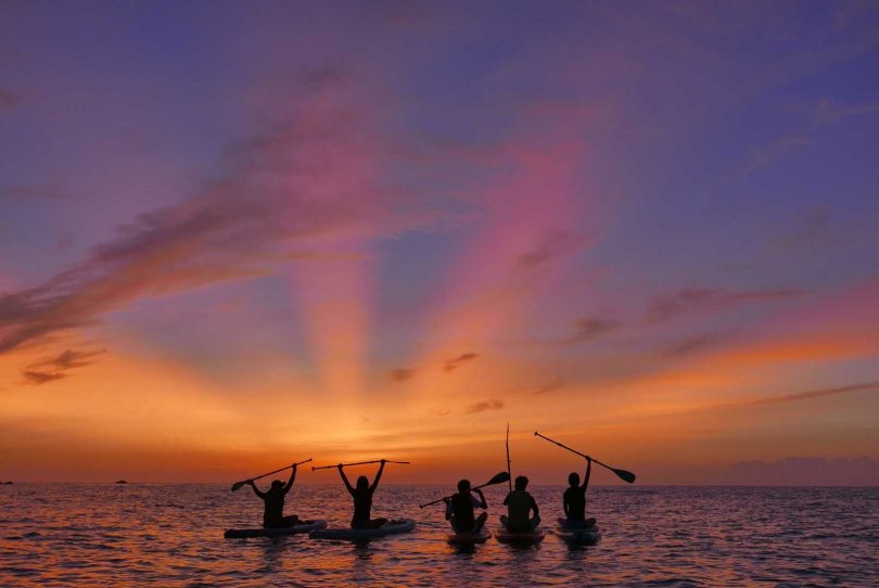 海上獨木舟、SUP悠遊湛藍太平洋賞日出,是很特別的體驗。(圖/KLOOK提供)