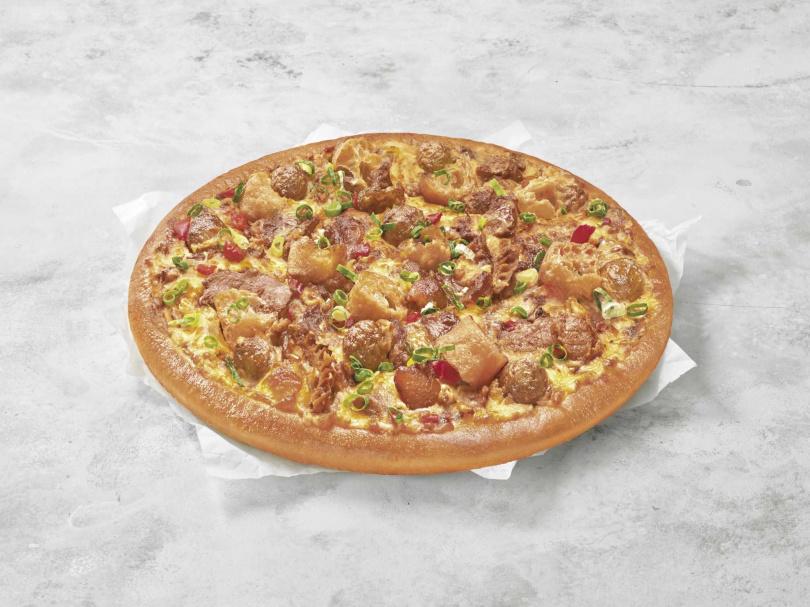 「燃魂麻辣鍋比薩」以秘製香料鋪底、刷上香麻的花椒油底醬,再放上特選配料。