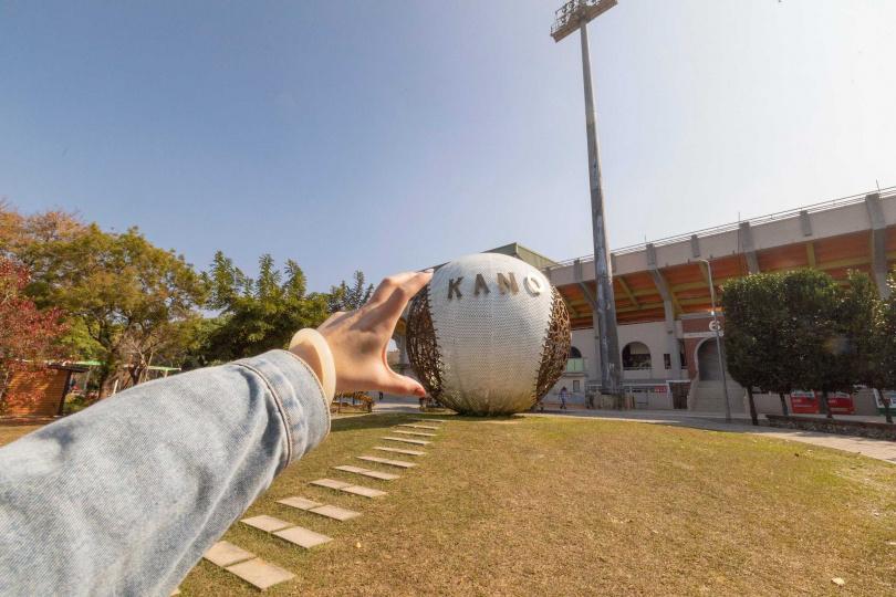 巨型的「KANO景觀球」很適合借位拍攝留影。(圖/林士傑)