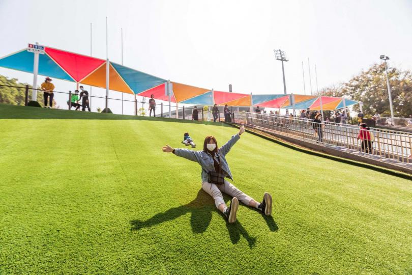 位在KANO園區的滑草場,也是嘉義市第一座人工草皮滑草場。(圖/林士傑)