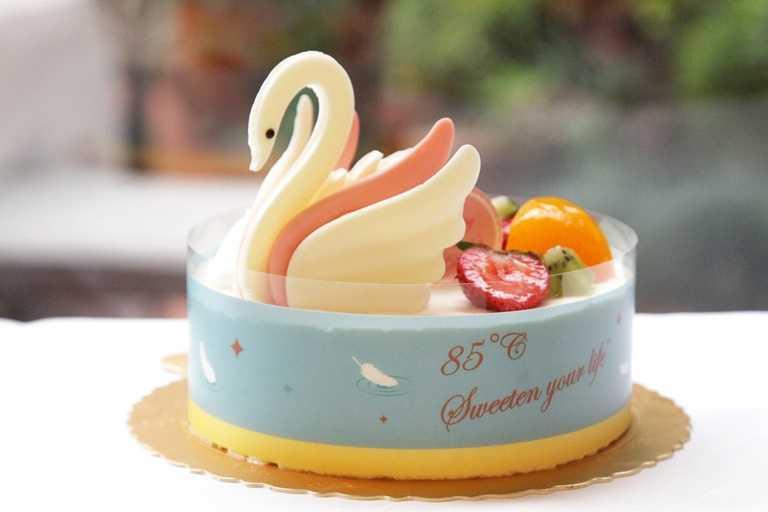 「夢幻天鵝」,以巧克力雕刻出栩栩如生的優雅天鵝,為香草戚風蛋糕,搭配爽口的芒椰香布蕾餡和芒果餡,夾著香濃提拉慕斯和夏威夷果。(577元)