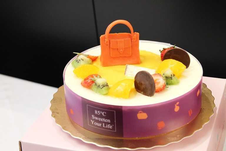 愛媽包,蛋糕體使用輕柔的香草戚風蛋糕與乳酪蛋糕,配上香草乳酪慕斯和芒椰香布蕾餡,夾著酸甜莓果脆片和柳橙果餡。(765元)