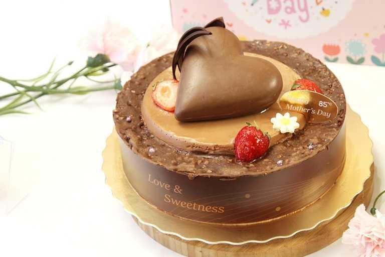 「以愛之名」有著巨大的愛心巧克力,巧克力戚風蛋糕與焦糖巧克力慕斯包覆著美味百香芒果凍,杏仁巧克力以及榛果巴芮脆片。(789元)