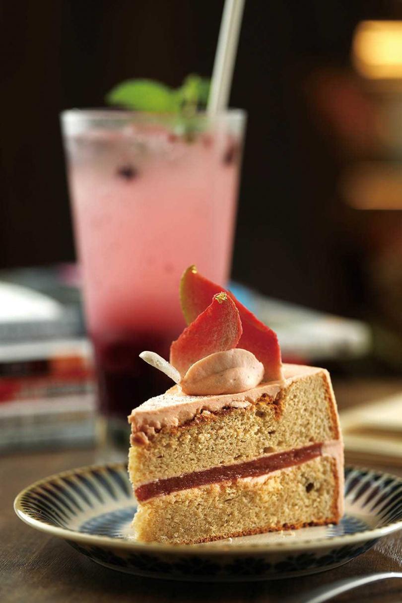 「甘糀紅心芭樂香緹米蛋糕」將紅心芭樂泥混入海綿蛋糕與果凍層中,果香味濃又輕盈爽口。(150元)(圖/于魯光攝)