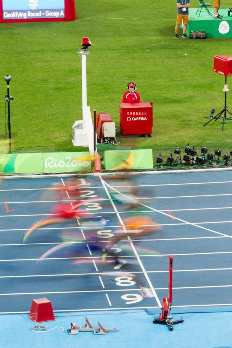 田徑運動員身上的起跑號碼均裝有動作感應器標籤,能在比賽過程中與多個接收器互動,將重要資訊發送給歐米茄。(圖╱OMEGA提供)