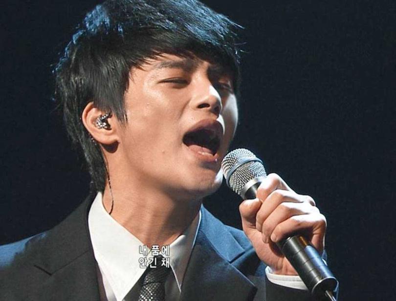 音樂選秀節目出身的徐仁國,除了擔綱《滅亡》男主角,也獻聲演唱插曲。(圖/翻攝自網路)
