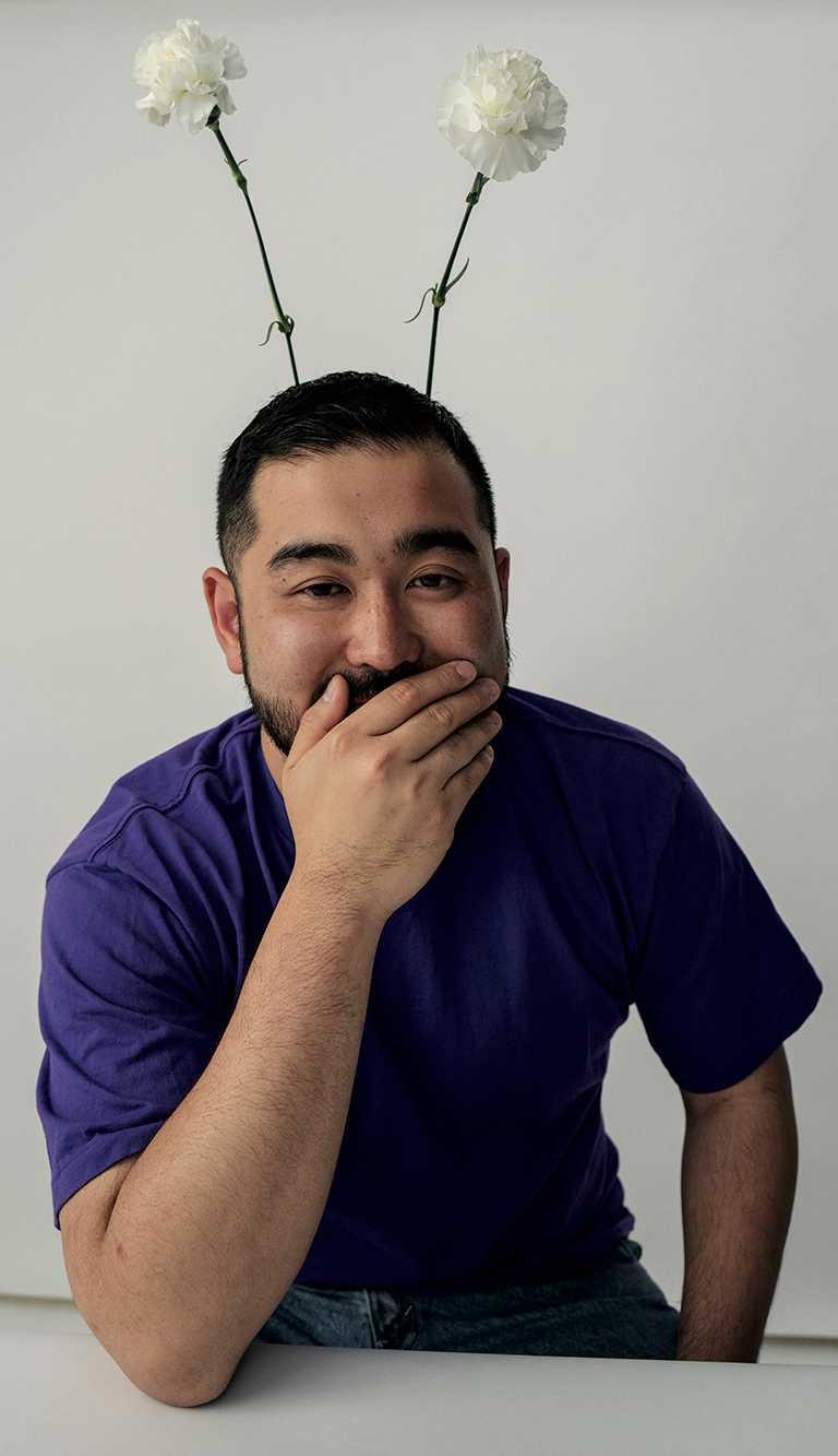 日本新銳時裝設計師小泉智貴(Tomo Koizumi),風格充滿活力、幽默和新鮮感,與法國頂級珠寶FRED的大膽創意相互呼應。(圖╱FRED提供)