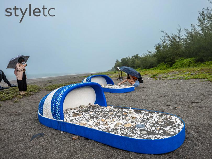 巨型藍白拖《潮˙南》可以任民眾在上面堆疊石頭,加入二次創作。(圖/焦正德攝)