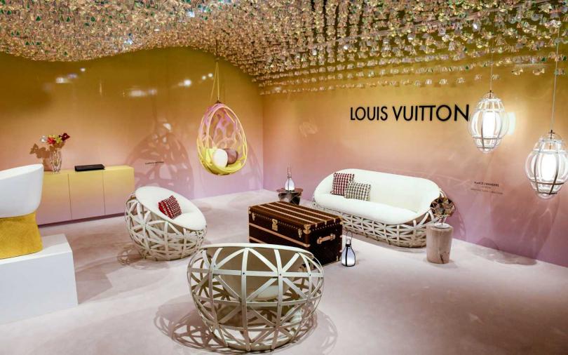 在邁阿密設計展上的空間以立體波浪裝飾,搭配漸層背景與Objets Nomades系列構成。(圖/品牌提供)