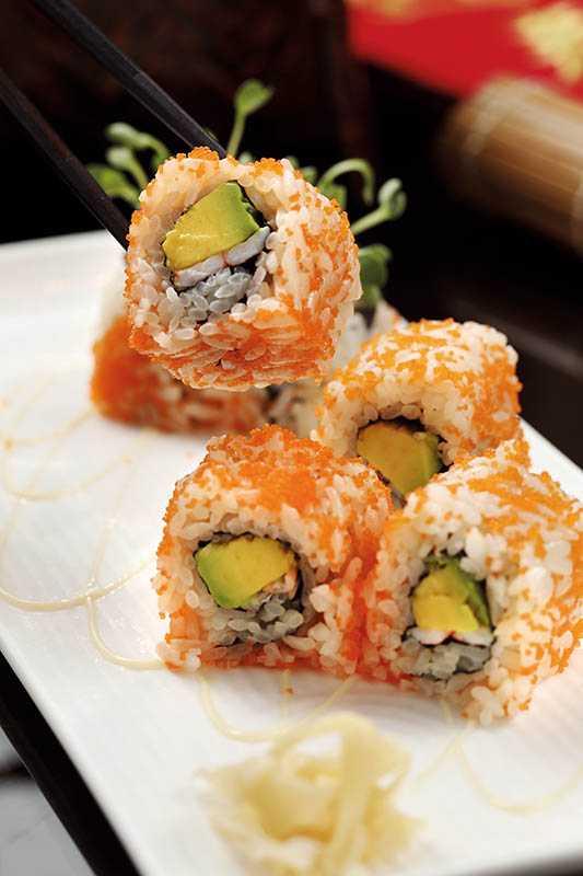 「加州卷」包著滿滿鱈魚卵,極盡奢華享受。(套餐)(圖/于魯光)