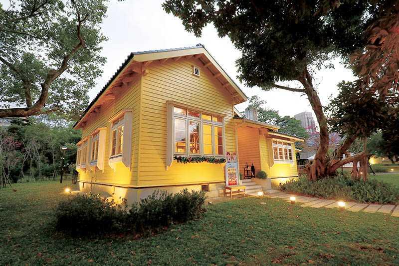 鮮黃色木造的「朱里昂法式廚房」,宛如童話小屋。(圖/于魯光攝)