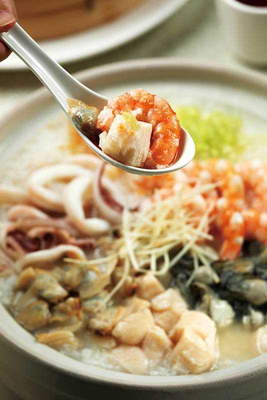 「台之最」有名的「海鮮粥」,整鍋都是滿滿鮮蝦、干貝、生蠔與蛤蜊等多種海味!(880元)(圖/于魯光攝)