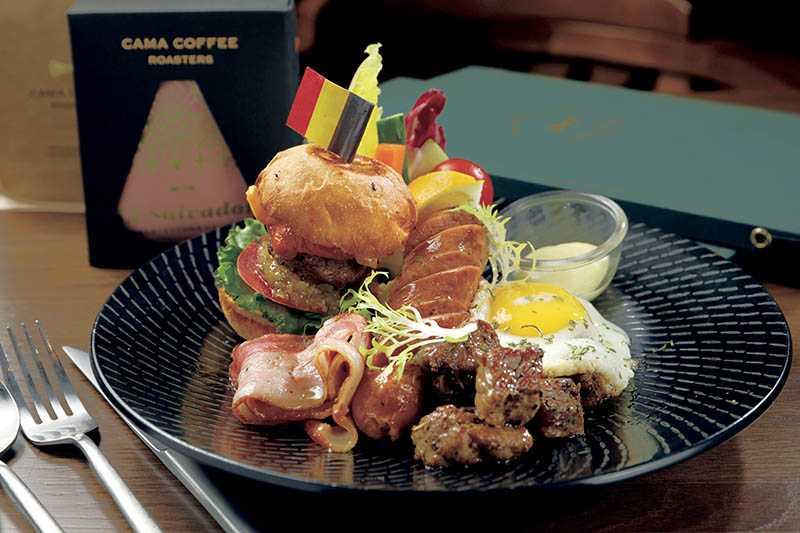 「豆留森林」全日提供超豐盛的「森林國王早午餐」(350元),並推薦搭配「帽子拿鐵」。(圖/于魯光攝)