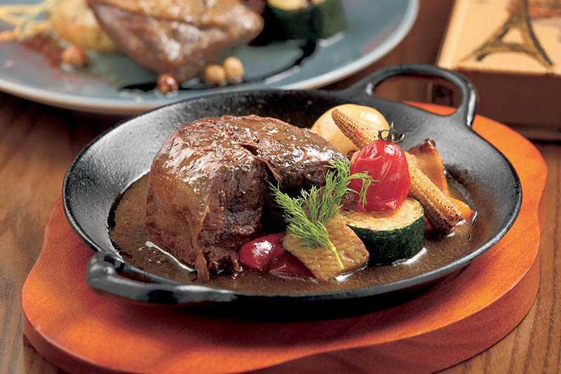 主廚的拿手菜「杜松子紅酒燉牛肉」,色香味俱全,很受歡迎。(460元/10盎司)(圖/于魯光攝)