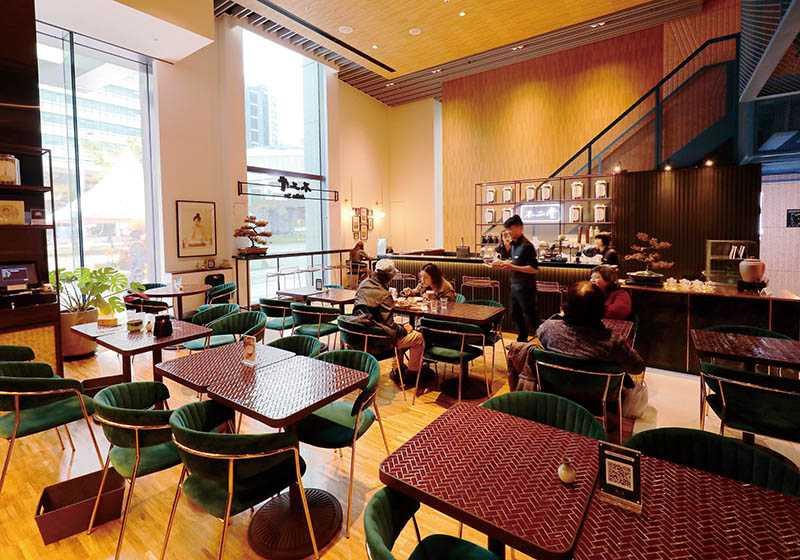店內空間寬敞明亮,磁磚拼貼的桌子,發想自舊時外牆磁磚。(圖/于魯光)