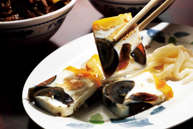 結合鴨蛋、鹹蛋及皮蛋的「三色蛋」,是招牌小菜之一。(秤重)(圖/于魯光攝)