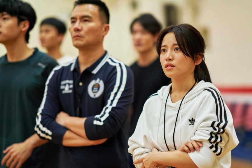 蔡瑞雪(右)飾演籃球校隊經理,左為飾演籃球教練的李銘忠。(圖/七十六号原子提供)