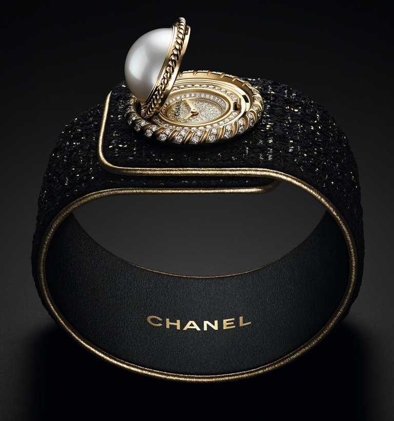 CHANEL「Mademoiselle Privé珍珠鈕釦腕錶」,18K白金錶殼,25mm,194顆鑽石╱1,473,000元。(圖╱CHANEL提供)