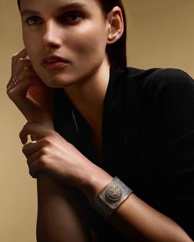 CHANEL「Mademoiselle Privé鈕釦腕錶」雪花鑲嵌鈕釦腕錶」,18K白金錶殼,25mm,2,490顆鑽石╱價格店洽。(圖╱CHANEL提供)