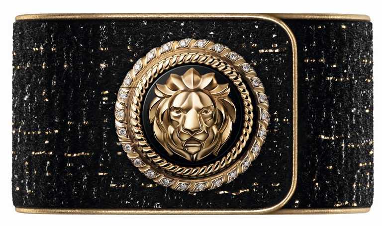 CHANEL「Mademoiselle Privé獅子鈕釦腕錶」,以嘉柏麗‧香奈兒的星座為發想,象徵勇氣與力量,獅首同時也是為她帶來創作靈感的威尼斯城徽╱18K白金錶殼,25mm,194顆鑽石,限量55只╱1,596,000元。(圖╱CHANEL提供)