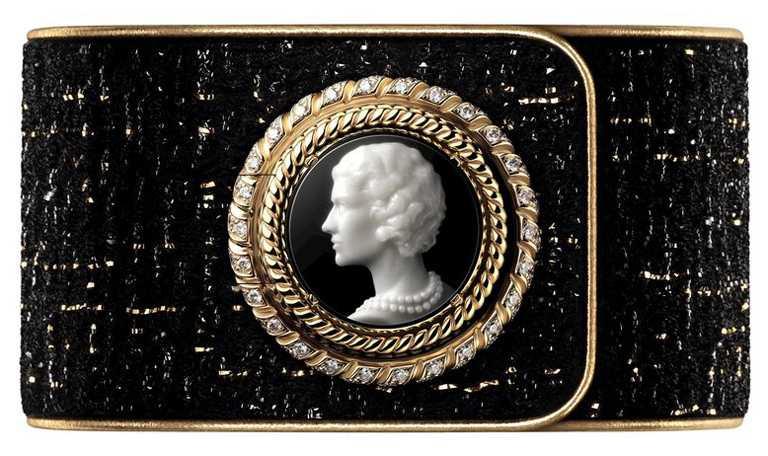 CHANEL「Mademoiselle Privé香奈兒女士鈕釦腕錶」,以浮雕(Cameo)工藝雕刻香奈兒女士的側面人像,凸顯稀有藍白瑪瑙(Nicolo Agate)所擁有的黑白分明層次及獨特花紋╱18K白金錶殼,25mm,194顆鑽石,限量5只╱2,609,000元。(圖╱CHANEL提供)
