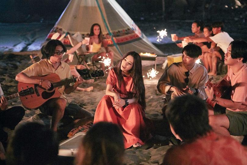 新歌〈或是一首歌〉,Hebe找來新生代樂團deca joins合作。(圖/何樂音樂提供)