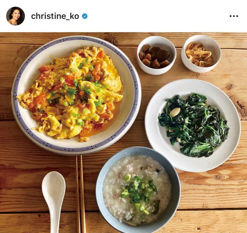 葛曉潔在媽媽文潔的指導下,學會很多台灣料理。(圖/翻攝自IG)
