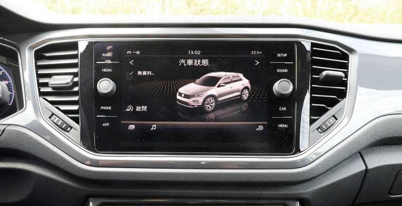 8吋的中控螢幕,除了必備的手機連接功能,也能查看當前的汽車狀態。(圖/王永泰攝)
