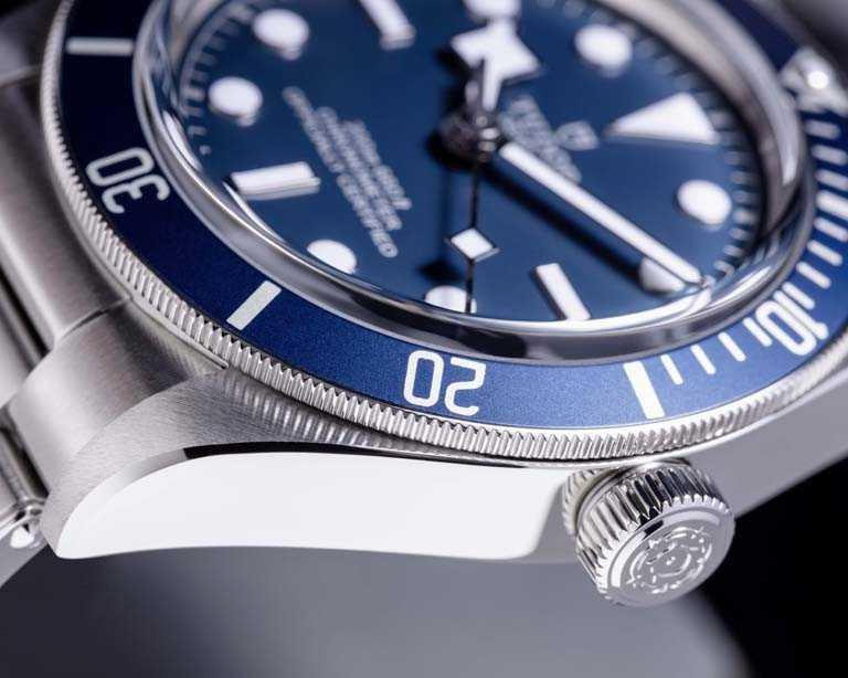 海軍藍啞面顆粒感圓拱形錶面,搭配夜光塗層「雪花」指針、立體鐘點標記,集聚潛水腕錶眾多美學特色。(圖╱TUDOR提供)