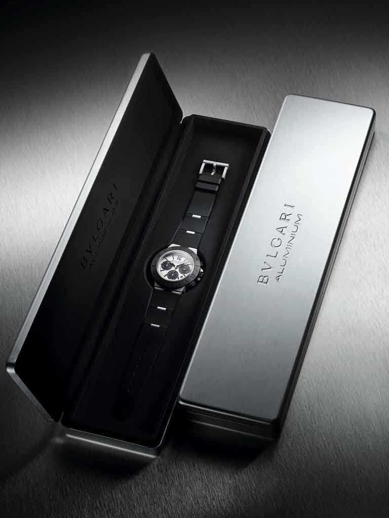 BVLGARI「ALUMINIUM」系列鋁合金計時腕錶,獲獎錶款備有暖灰色錶盤,搭配SNL時標、指針及黑色計時碼表。(圖╱BVLGARI提供)