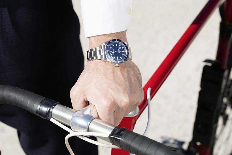 TUDOR「Black Bay Fifty-Eight Navy Blue」海軍藍腕錶,磨光及磨砂316L鋼錶殼,MT5402型自動上鏈機芯,39mm╱116,500元。(圖╱TUDOR提供)
