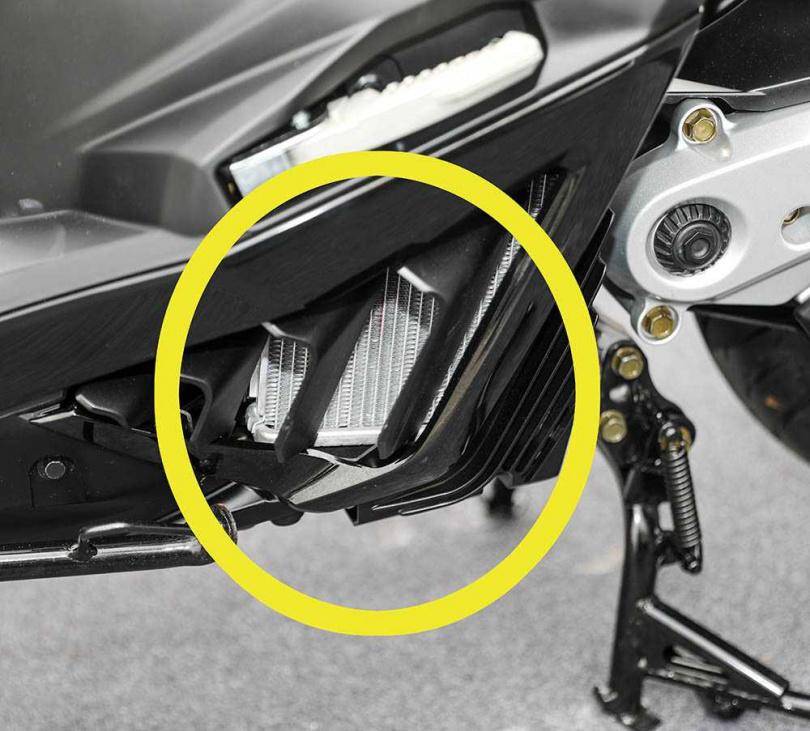 KRV採用的是水冷OHC單汽缸4V,水冷排(黃圈處)就位在後搖臂前方。(圖/張文玠攝)