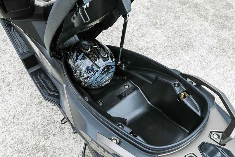 車廂內空間足以放下兩頂四分之三安全帽,甚至還有空間塞進雨衣等雜物。(圖/張文玠攝)