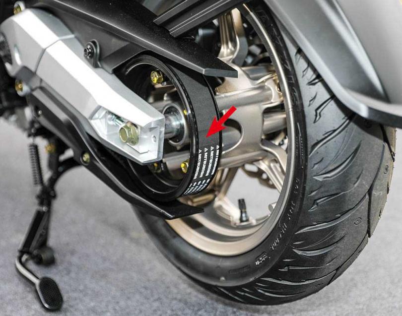 PTM傳動系統透過皮帶(紅箭頭處)傳遞動力到後輪,因此動力反饋相當直覺。(圖/張文玠攝)
