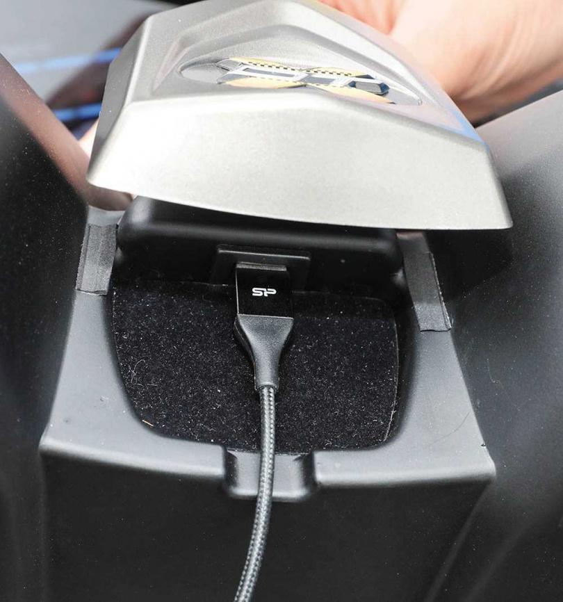 把飾板打開後就可以看到USB充電孔,同時也將方便走線的縫隙留下。(圖/張文玠攝)