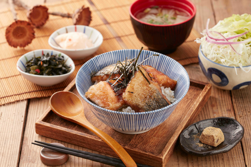 「銀座杏子日式豬排」推出的「醬燒鮭魚丼飯」,可續加白飯、味噌湯和小菜,超級划算!