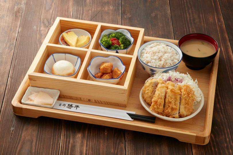 「京都勝牛」推出的「里肌豬排套餐」,平日中午只要280元!