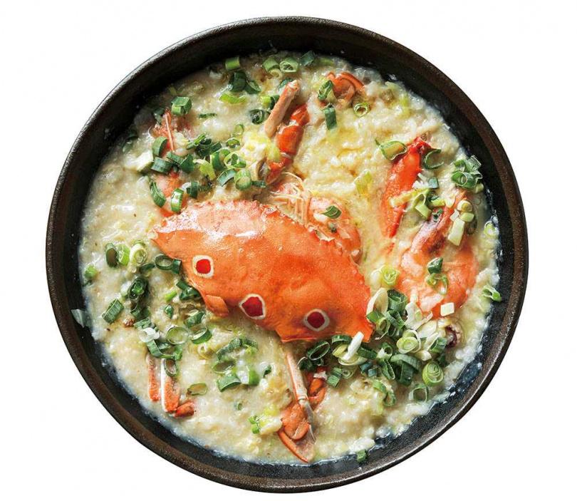 「水蟹粥」使用來自桃園竹圍漁港的三點蟹,與依季節不同的蛤蜊、小卷等海鮮料,鮮香又濃郁。(380元)(圖/林士傑攝)