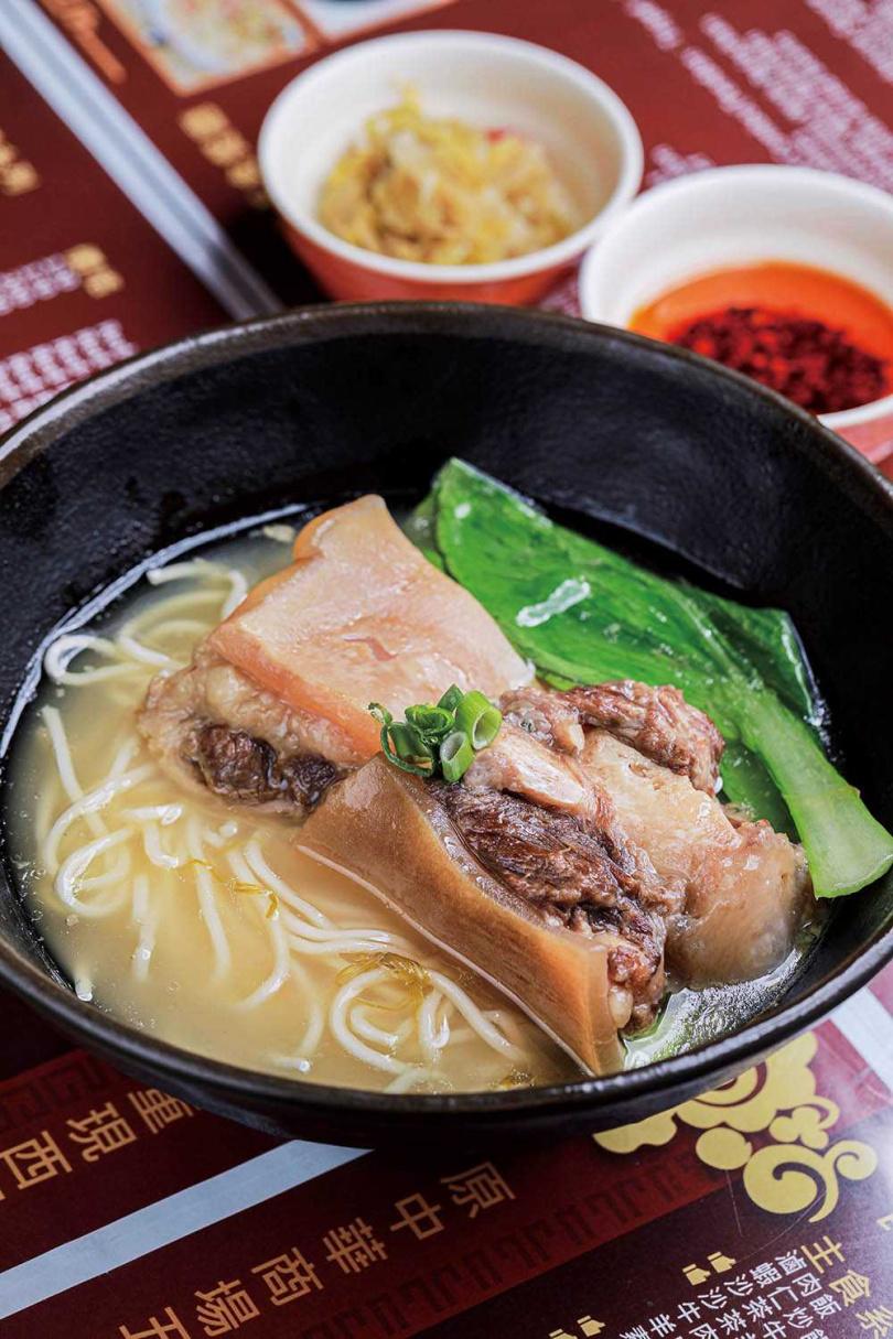 「清燉牛尾麵」搭配吸湯的細麵,口感綿密的牛尾至少燉了四小時,膠質化進湯中帶有黏性。(550元,周四至周日供應)(圖/林士傑攝)