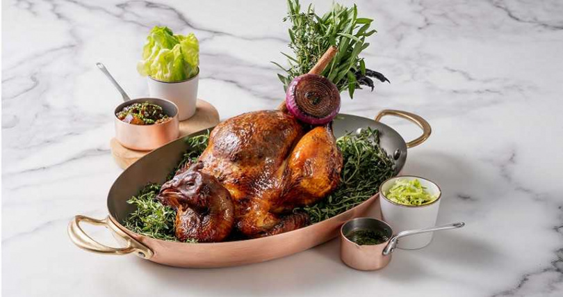 「MiraWan」法式爐烤放山雞全雞。(1,980元,圖/微風集團提供)