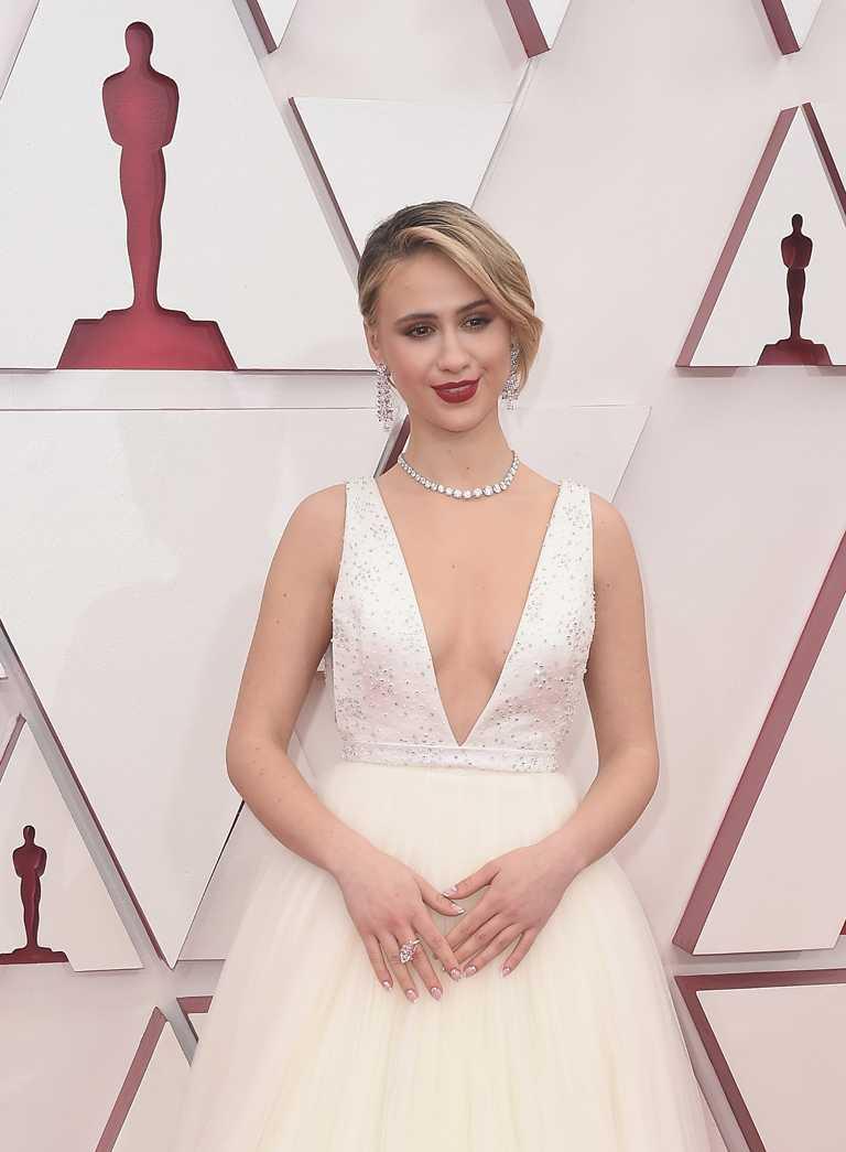 以電影《芭樂特》續集入圍本屆奧斯卡最佳女配角的瑪麗亞巴卡洛娃(Maria Bakalova),在紅毯上選擇佩戴MOUSSAIEFF的璀璨珠寶,創造閃耀光榮時刻。(圖╱MOUSSAIEFF提供)