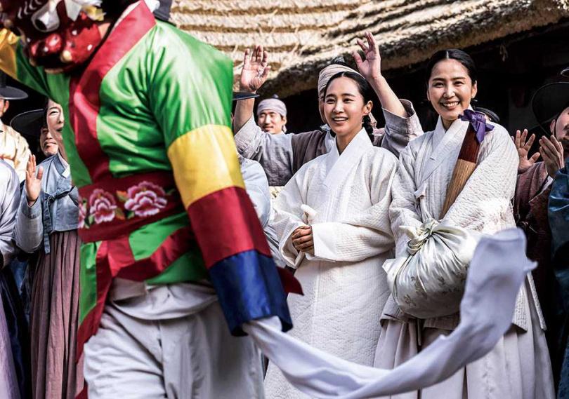 「打包袱」是韓國古代的一種風俗,但相關史料不多,俞利等人演出前做了不少功課。(圖/friDay影音提供)