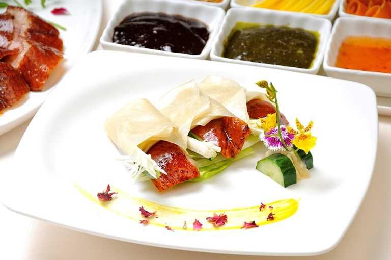 「霸王櫻桃鴨」是主廚選用重達3.5公斤的宜蘭櫻桃鴨製作,耗時費工。