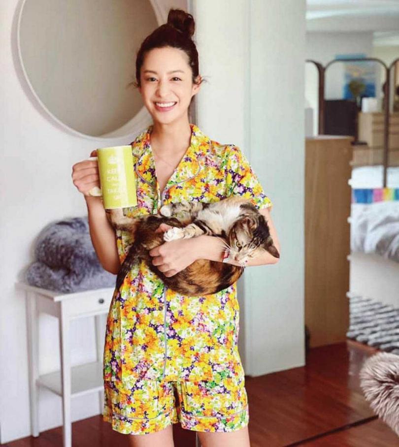 疫情停工後,莫允雯很享受在家陪伴貓咪的時光。(圖/翻攝自莫允雯臉書)