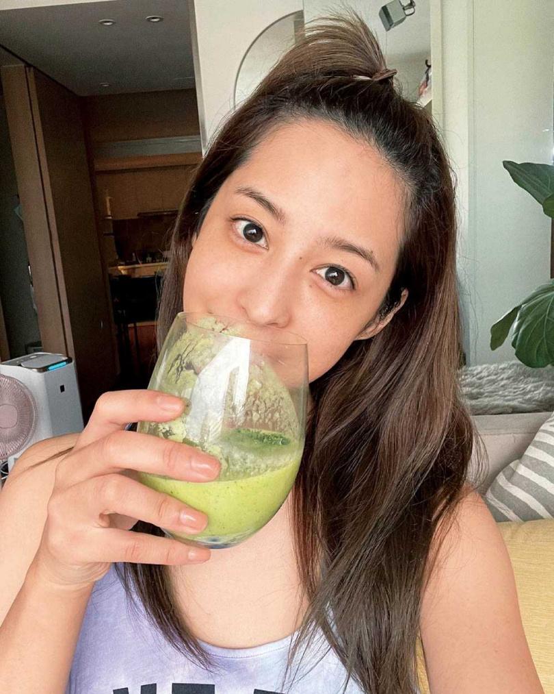 懂得善待自己的莫允雯,每天會喝上一杯綠拿鐵或果汁補充營養。(圖/齊心娛樂提供)